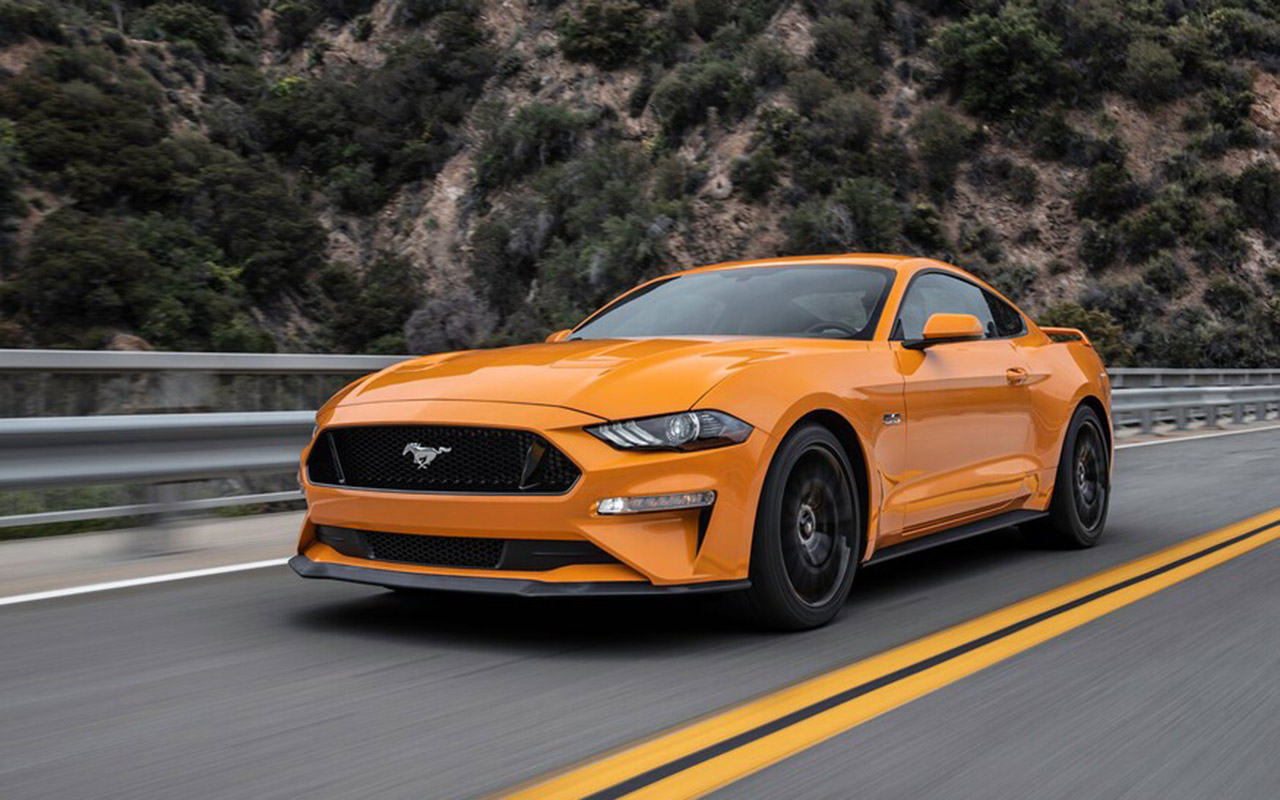 2018-Ford-Mustang-GT-front-three-quarter-in-motion-02_cut